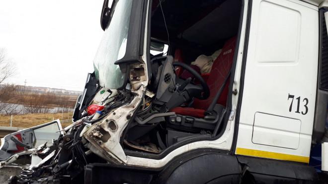 Accident pe DN 1, la Banesti, intre un autobuz cu pasageri si o vidanja