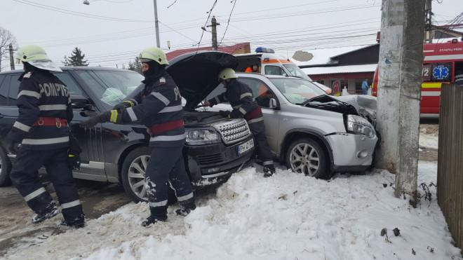 Accident grav la Tatarani. Doua masini s-au facut praf dupa ce au intrat intr-un stalp