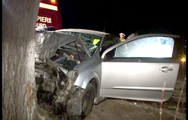 Accident la Păulești. O mașină a intrat într-un copac. Un bebelus de 3 luni, printre victime