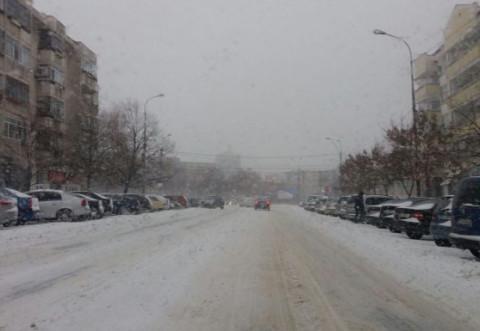 Ploiestiul sub nameti. Ninge fara intrerupere, strazile sunt impracticabile