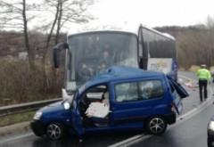 Accident TERIBIL pe DN 1: Un autocar cu 40 de persoane și un autoturism au fost implicate într-o coliziune înfiorătoare! UPDATE: O persoană a decedat