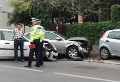 Accident pe strada Marasesti: Doua masini s-au lovit si au intrat in a treia, parcata pe trotuar