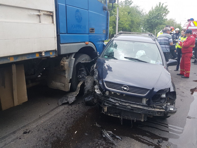 Accident grav in Ploiesti, in Bariera Bucuresti. Femeie si copil, transportati la spital