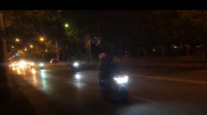 Alo, Politia? In fiecare noapte au loc CURSE auto si moto pe Bulevard, sub nasul vostru!
