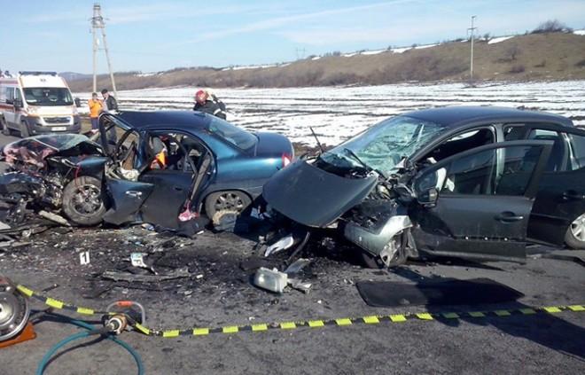 Accident pe DN1, la Baicoi. Doua masini s-au ciocnit violent