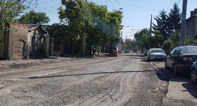 "Cand incep asfaltarile pe strada Elena Doamna, decopertata si ""uitata"" asa"