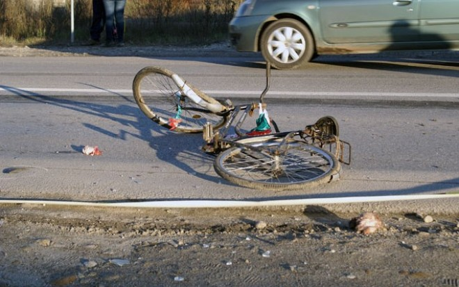 Biciclist lovit de masina pe un drum judetean din Potigrafu