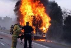 Panica pe DN1, la Paulesti. Un microbuz cu 13 pasageri a luat foc