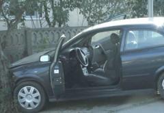 Accident in Ploiesti, pe strada Dumbravei. O masina a intrat intr-un gard