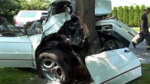 Accident in Baicoi, cartier Liliesti. O soferita a intrat cu masina intr-un copac